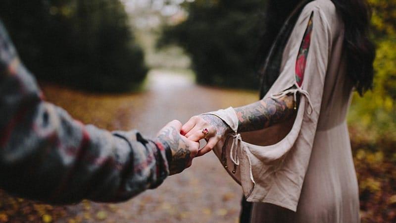 Kata-Kata tentang Setia - Pasangan Berjalan-Jalan