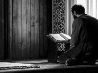 Ucapan Belasungkawa Islam - Pria Muslim Membaca Alquran