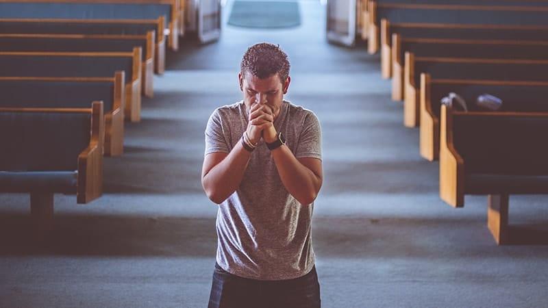 Kata Mutiara Doa dan Harapan - Pria Berdoa di Gereja