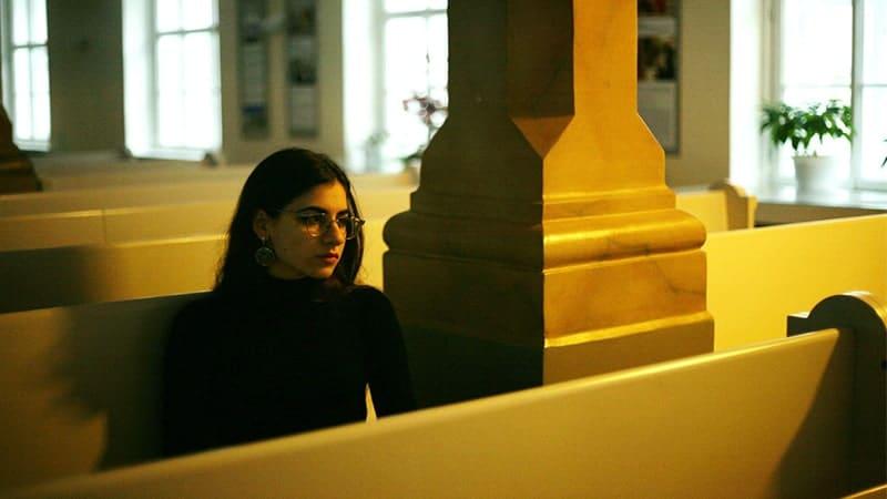 Wanita Duduk Sendirian di Sebuah Ruangan
