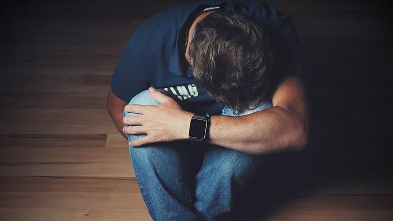 Kata Sindiran untuk Pacar Selingkuh - Pria Sedih
