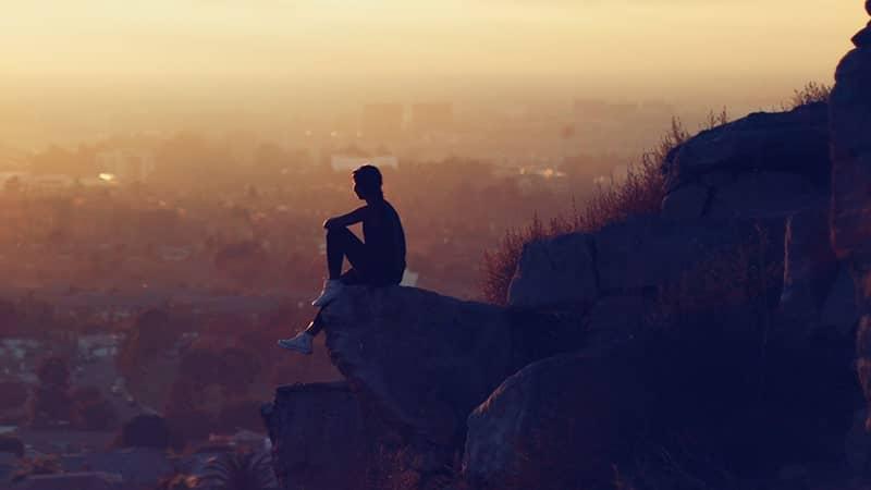 Kata-Kata Kecewa karena Tidak Dihargai - Orang Duduk di Atas Batu
