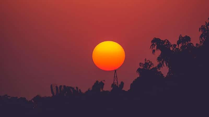 Matahari Terbenam di Atas Bukit