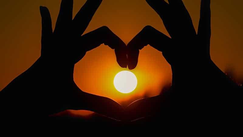 Kata-Kata Mutiara Cinta Islami yang Menyentuh Hati - Tangan Hati