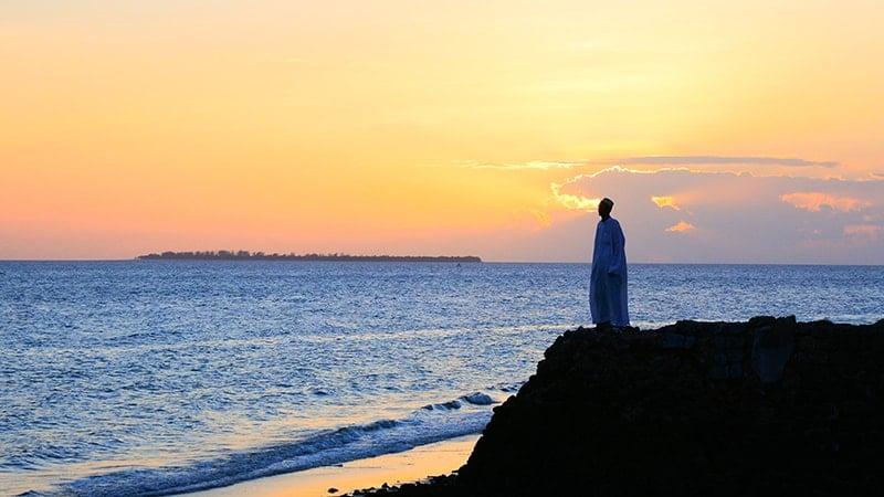 Kata-Kata Mutiara Cinta Islami yang Menyentuh Hati - Berdiri di Pinggir Tebing