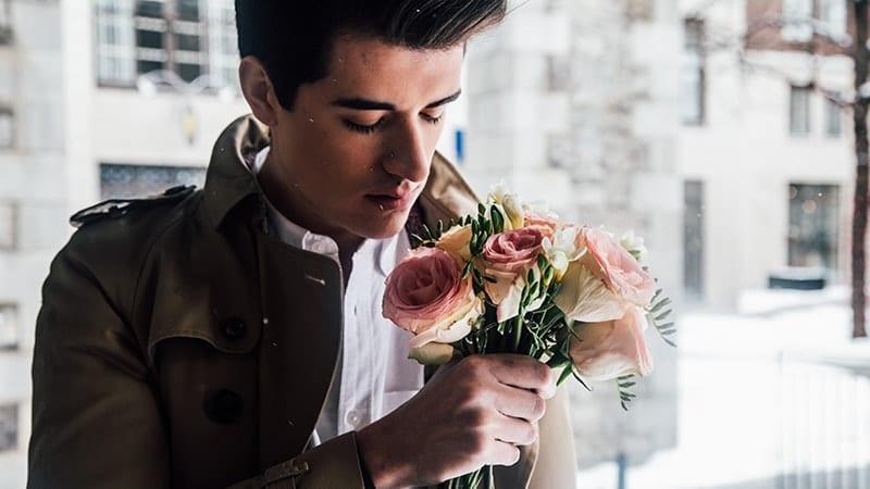 Kata-Kata Cinta Islami yang Menyentuh Hati Pria - Laki-Laki dan Bunga