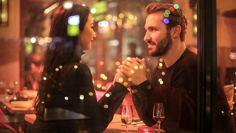 Pasangan di Kafe