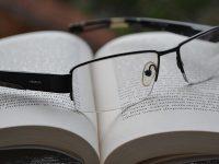 Kata-Kata Bijak Bahasa Inggris dan Artinya - Kaca Mata dan Buku