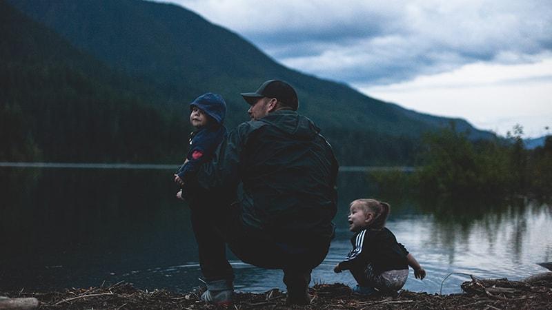 Kata Bijak tentang Perjuangan Seorang Ayah - Ayah Dua Anak di Danau