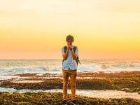Kata Mutiara Ikhlas Menerima Kenyataan - Pria Berdoa Pinggir Laut