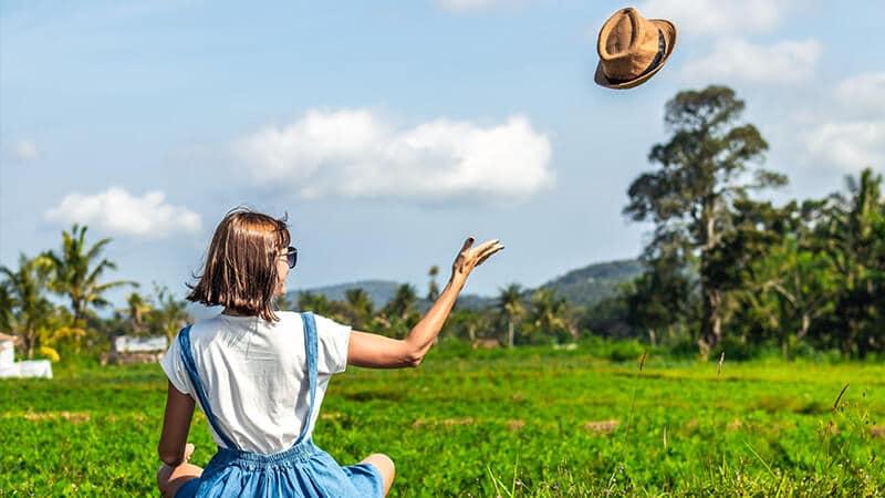 Kata-Kata Mutiara Bahagia Singkat - Melempar Topi