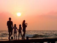 Kata Bijak Menghadapi Masalah Keluarga - Keluarga di Pinggir Laut
