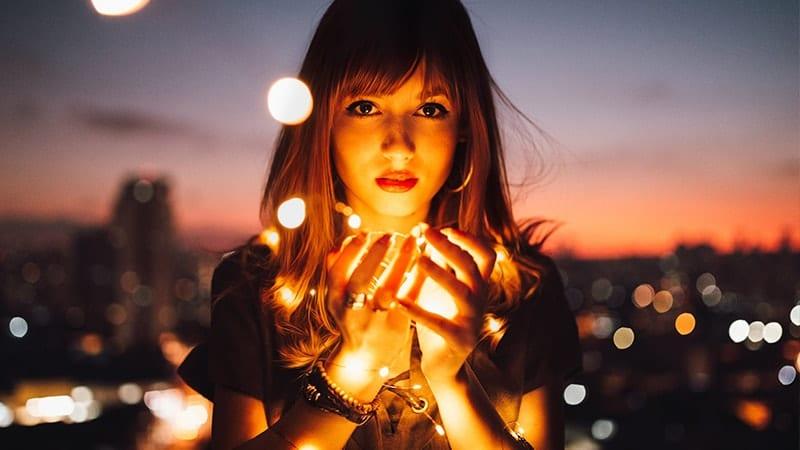 Wanita dan Cahaya Lampu