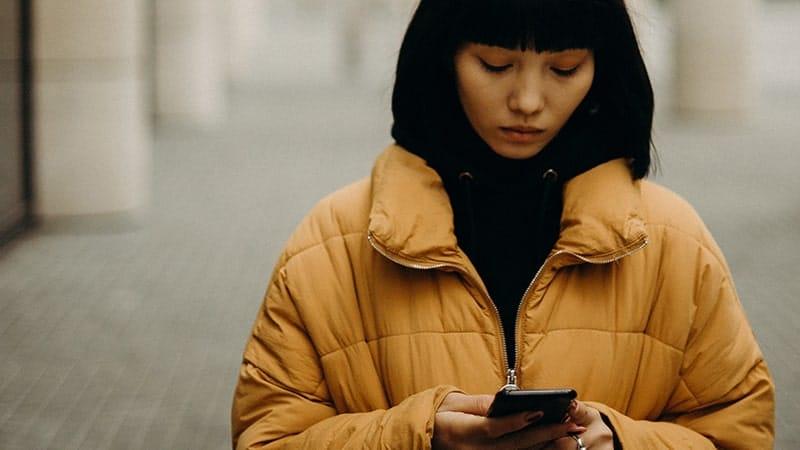 Kata-Kata Bijak tentang Kesedihan Wanita - Perempuan Mengecek Handphone