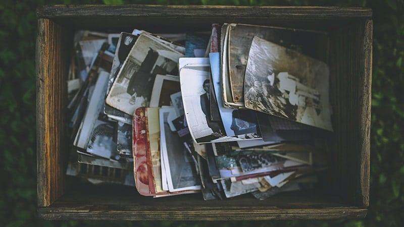 Arti & Pengertian Nostalgia - Tumpukan Foto