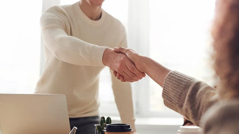 Arti & Pengertian Partner - Dua Orang Berjabat Tangan