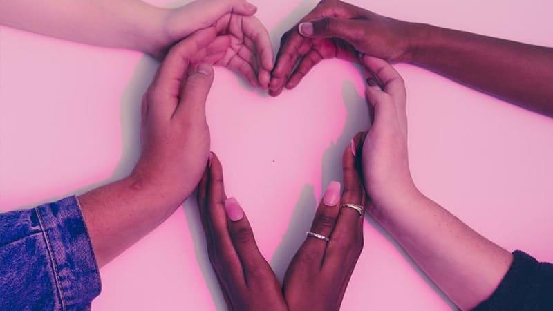 Arti & Pengertian Cinta - Tangan Membentuk Simbol Cinta