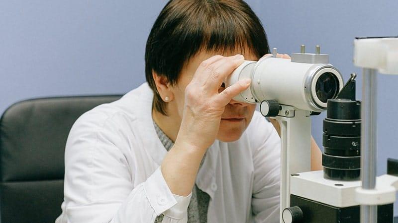 Arti & Pengertian Observasi - Wanita Sedang Melakukan Observasi