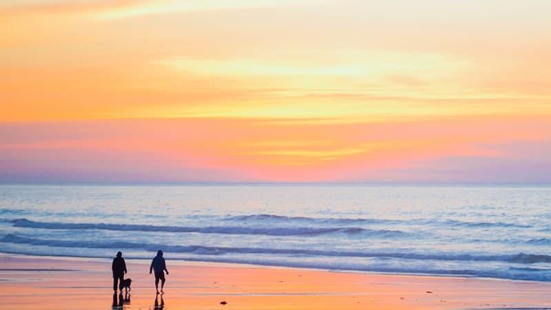 Dua Orang di Pantai