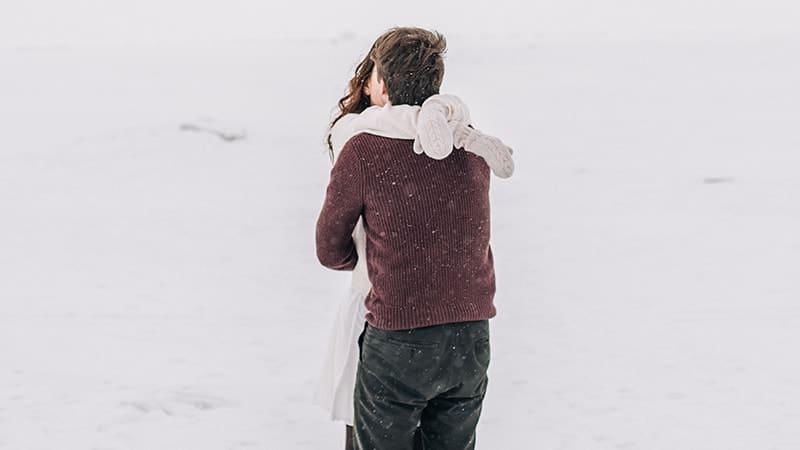 Kata-Kata Romantis LDR buat Pacar yang Jauh - Pasangan Pelukan