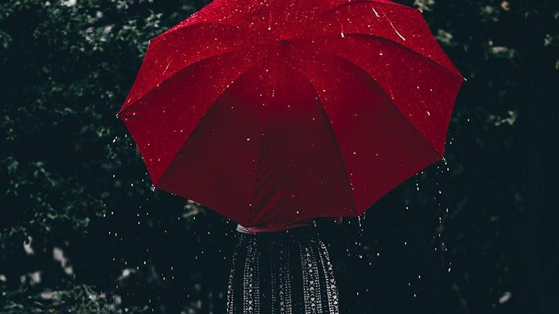 Kata-Kata Romantis LDR buat Pacar yang Jauh - Hujan dan Payung Merah