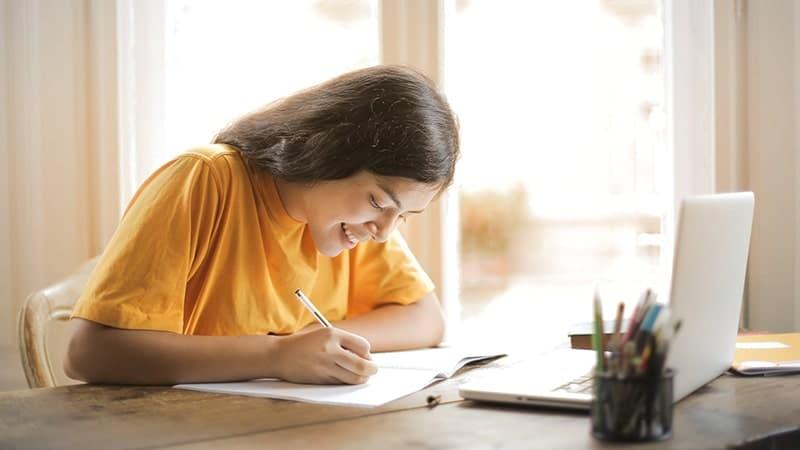 Wanita Sedang Belajar