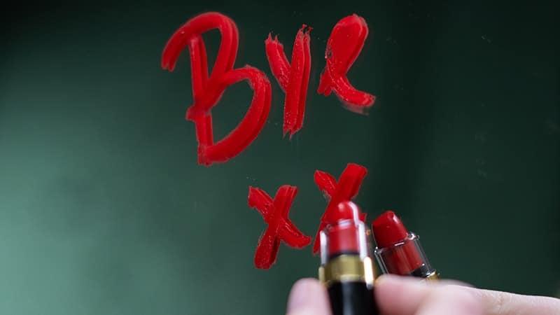 Kata-Kata Caption Patah Hati - Tulisan Lipstick di Cermin
