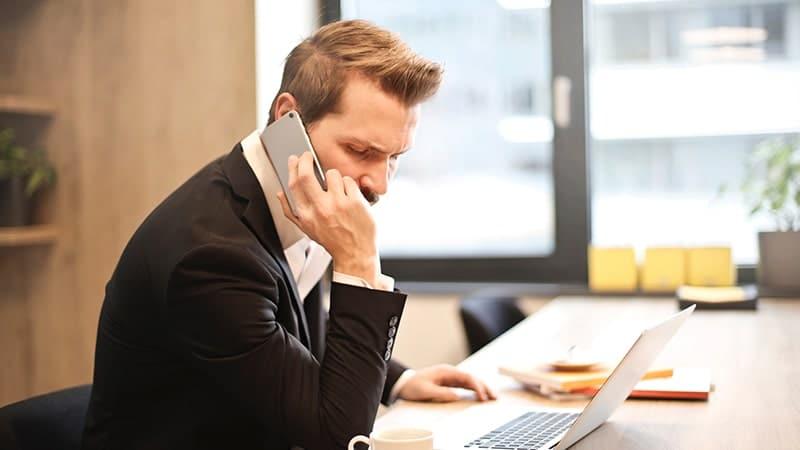 Kata-Kata Semangat Kerja Buat Pacar LDR - Mengangkat Telepon