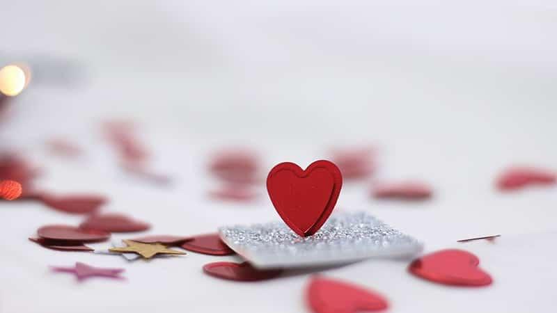 Kata-Kata Filsafat Cinta - Kertas Hati Berwarna Merah