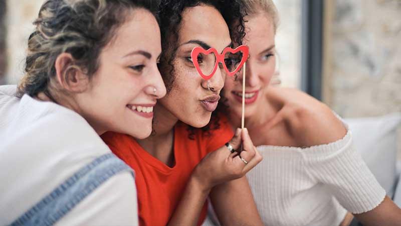 Kata-Kata Sindiran untuk Teman Penghianat - Foto Bersama