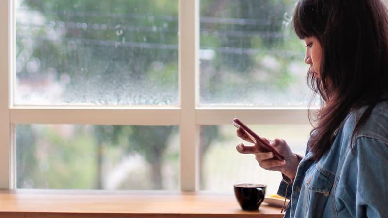 Kata-Kata Sindiran buat Pacar Cuek - Wanita Memegang Hp