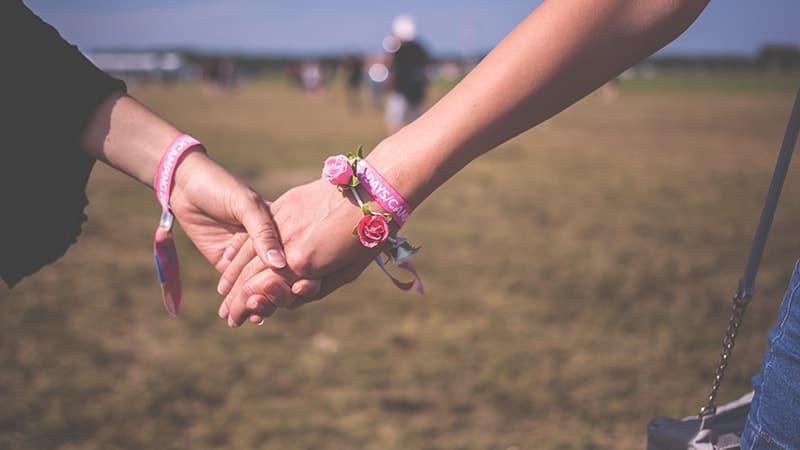 Ucapan Pernikahan untuk Sahabat yang Menyentuh - Genggaman Tangan