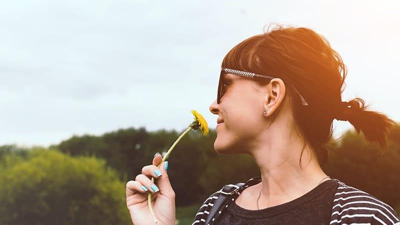 Ucapan Selamat Pagi Motivasi - Wanita Mencium Bunga
