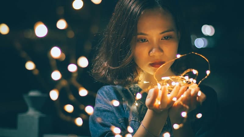Ucapan Selamat Malam Romantis buat Gebetan - Wanita Memegang Lampu