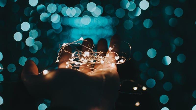 Tangan Memegang Lampu