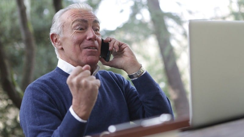 Kata-Kata Motivasi Sukses - Sedang Menelepon
