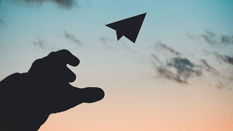 Kata-Kata Ikhlas Melepaskan Seseorang - Melepas Pesawat Kertas
