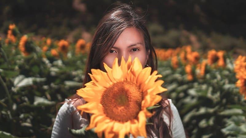 Kata-Kata Bijak Menikmati Hidup - Wanita Memegang Bunga Matahari
