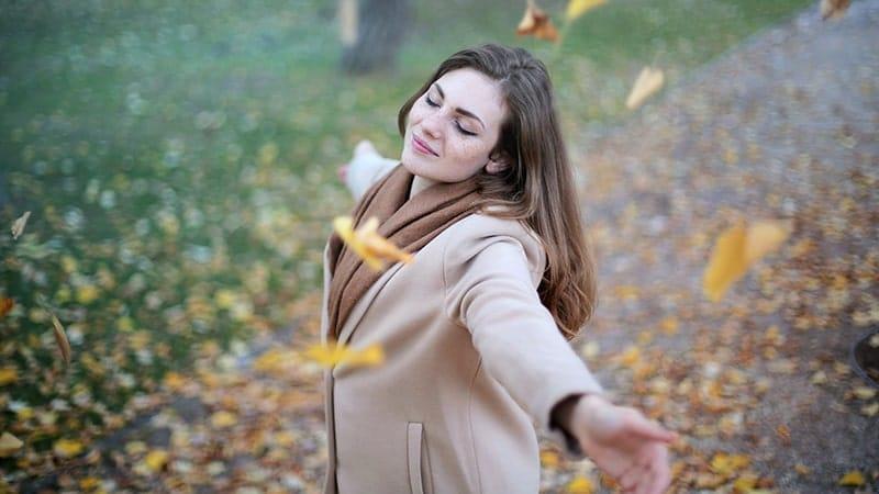 Kata-Kata Bijak Menikmati Hidup - Wanita di Musim Gugur