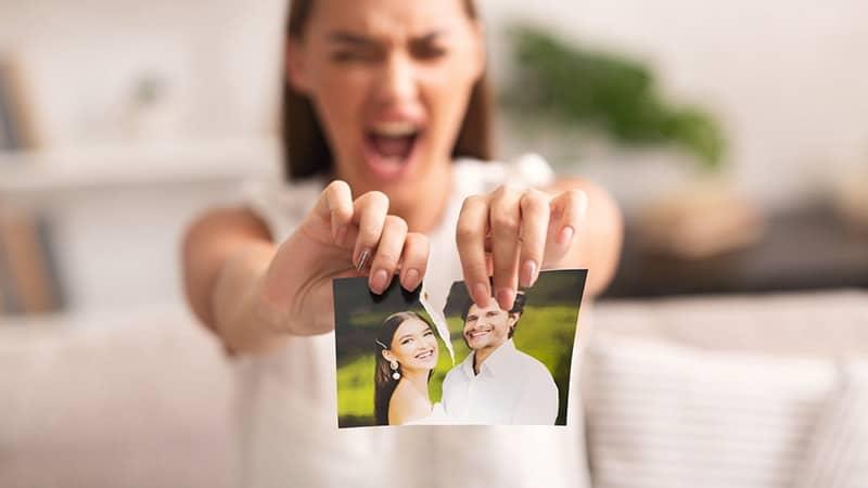 Kata-Kata Perpisahan untuk Kekasih yang Pergi - Merobek Foto Mantan