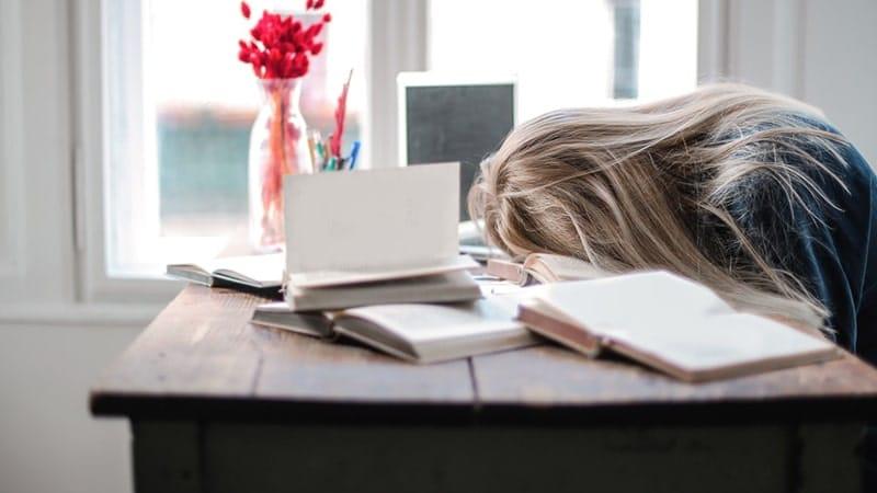 Wanita Tertidur di Meja