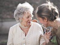 Kata-Kata Rindu buat Ibu - Berpegangan Tangan