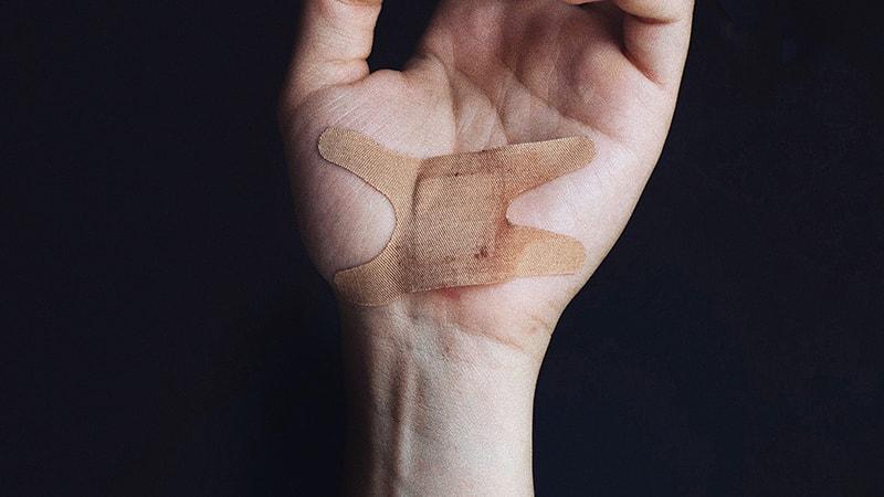 Kata-Kata Sakit Hati dan Kecewa karena Dibohongi - Luka di Tangan