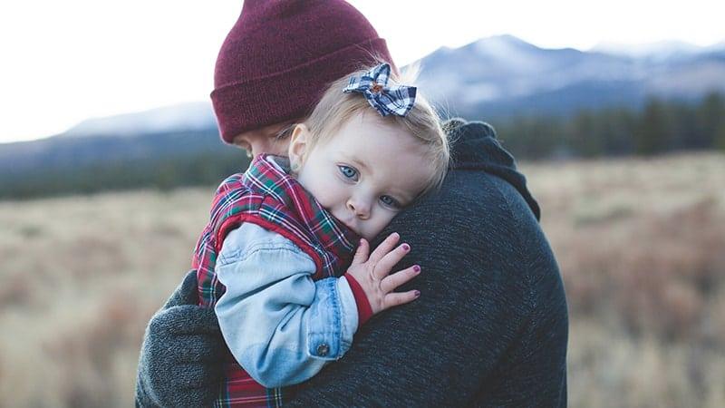 Kata-Kata Rindu Ayah - Bapak Memeluk Bayi
