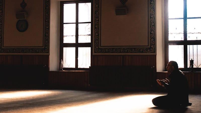 Kata-Kata Rindu Islami - Berdoa di Masjid