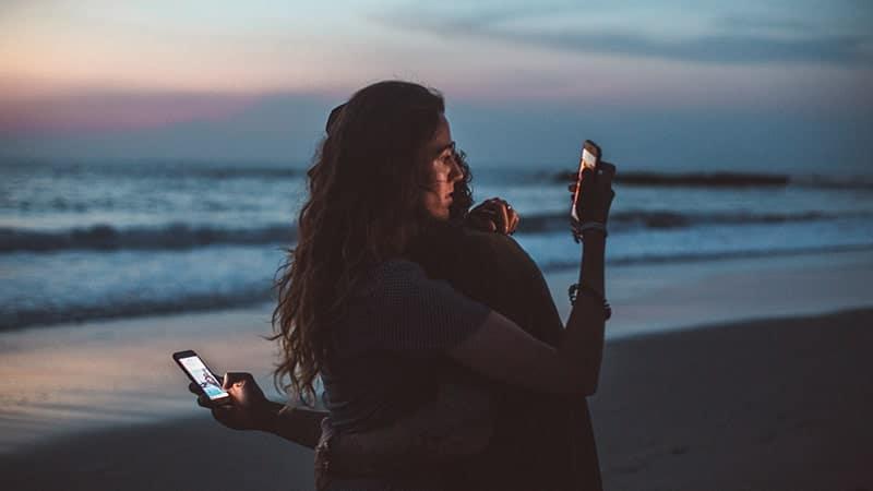 Kata-Kata bosan dengan Hubungan- Sibuk Bermain Handphone