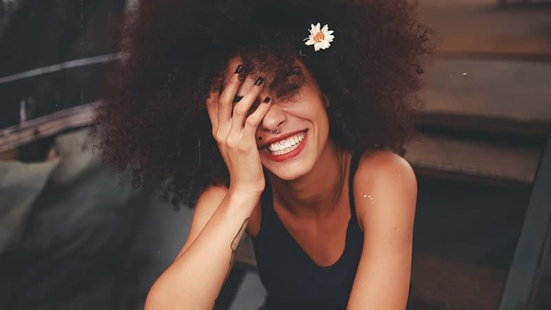 Kata-Kata Jadilah Diri Sendiri - Wanita Tertawa