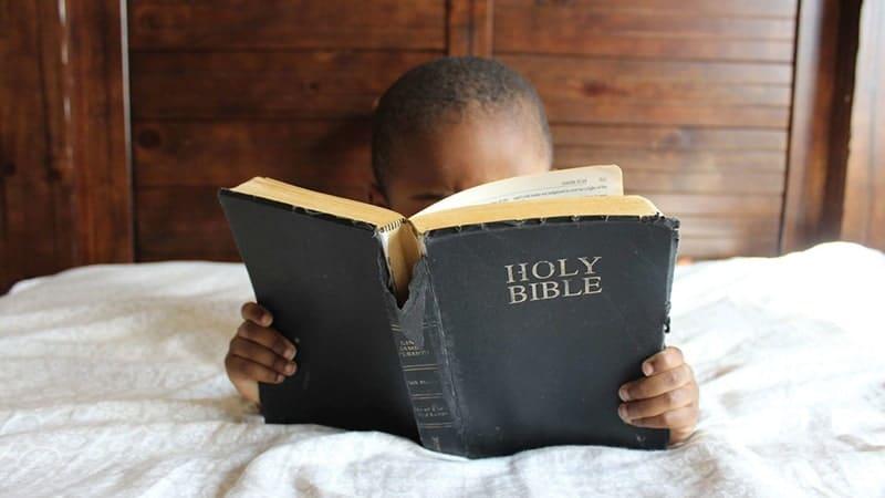 Anak Kecil Membaca Alkitab