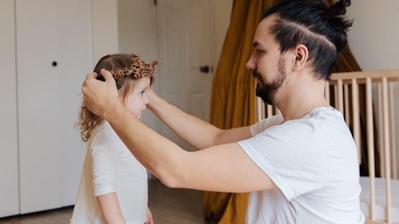 Kata-Kata Anak Perempuan untuk Ayahnya - Memakaikan Mahkota