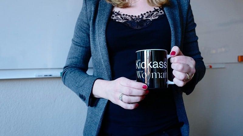 Kata-kata keren - Wanita membawa mug